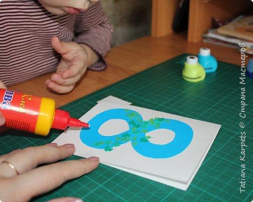 Для открыток мы использовали: плотную белую бумагу, цветную бумагу, шаблоны, фигурные дыроколы, ножницы, клей. Перед тем как делать аппликацию, я подготовила всё необходимое: из плотной белой бумаги сделала основу для открыток, вырезала из цветной бумаги восьмёрки, вырезала и собрала объемные цветы, с помощью фигурных дыроколов сделала маленькие листики и цветочки.  Остальное мы делали уже вместе с дочкой.  фото 7