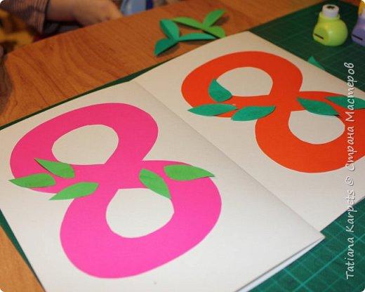 Для открыток мы использовали: плотную белую бумагу, цветную бумагу, шаблоны, фигурные дыроколы, ножницы, клей. Перед тем как делать аппликацию, я подготовила всё необходимое: из плотной белой бумаги сделала основу для открыток, вырезала из цветной бумаги восьмёрки, вырезала и собрала объемные цветы, с помощью фигурных дыроколов сделала маленькие листики и цветочки.  Остальное мы делали уже вместе с дочкой.  фото 10