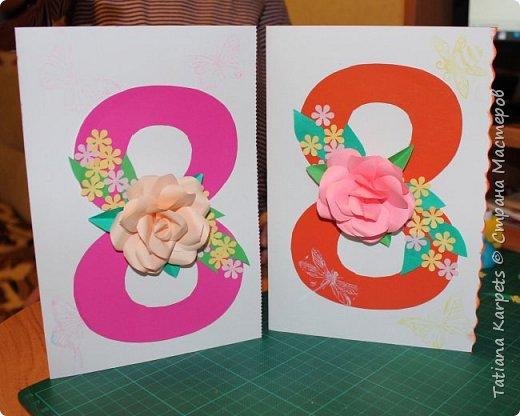 Для открыток мы использовали: плотную белую бумагу, цветную бумагу, шаблоны, фигурные дыроколы, ножницы, клей. Перед тем как делать аппликацию, я подготовила всё необходимое: из плотной белой бумаги сделала основу для открыток, вырезала из цветной бумаги восьмёрки, вырезала и собрала объемные цветы, с помощью фигурных дыроколов сделала маленькие листики и цветочки.  Остальное мы делали уже вместе с дочкой.  фото 1
