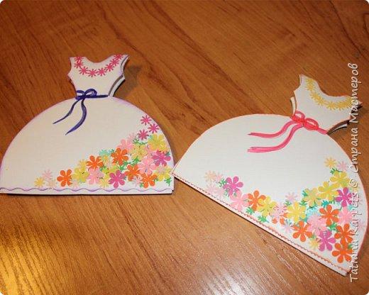Для открыток мы использовали: плотную белую бумагу, цветную бумагу, шаблоны, фигурные дыроколы, ножницы, клей. Перед тем как делать аппликацию, я подготовила всё необходимое: из плотной белой бумаги сделала основу для открыток, вырезала из цветной бумаги восьмёрки, вырезала и собрала объемные цветы, с помощью фигурных дыроколов сделала маленькие листики и цветочки.  Остальное мы делали уже вместе с дочкой.  фото 12