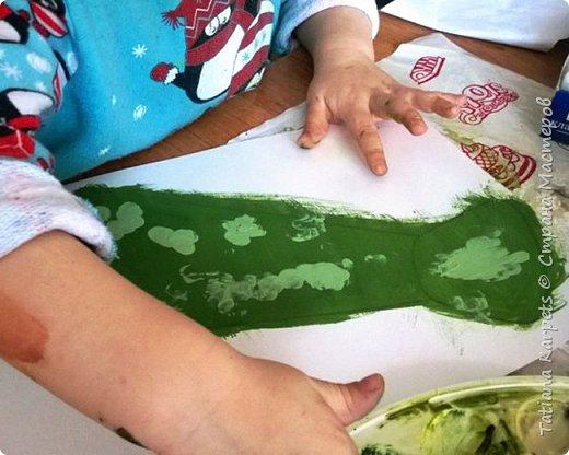 """Делать подарки к праздникам своими руками уже стало доброй традицией в нашей семье. На этот раз для наших любимых дедушек, папы и дяди мы с дочкой смастерили вот такие забавные галстуки.   Для этого нам понадобилось: белая плотная бумага, краски """"гуашь"""", кисточки, клей, шаблон галстука, 2 кусочка ластика, эластичная лента (резинка), ножницы и клей. Итак, на белой плотной бумаге мы распечатали шаблоны галстука, раскрасили наши заготовки и дали им высохнуть. В это время из кусочков ластика сделали штампики. Галстук зелёного цвета мы раскрашивали пальчиками, а на все остальные нанесли рисунок с помощью штампиков. Снова дали краске высохнуть. Аккуратно по контуру вырезали наши будущие """"шедевры"""", с оборотной стороны приклеили резинку. Приклеили галстуки на плотный лист белой бумаги и вырезали.  Вот и всё, подарки готовы!  фото 3"""