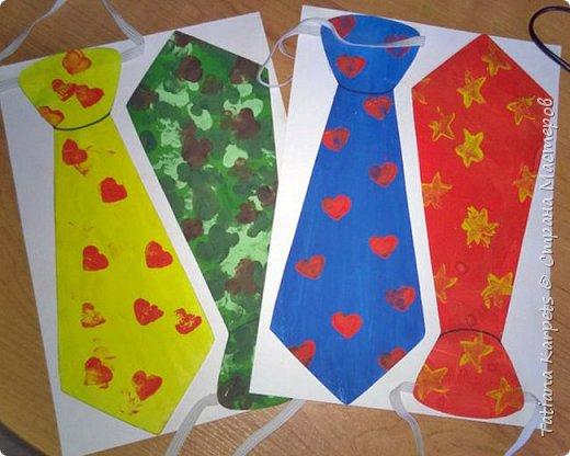 """Делать подарки к праздникам своими руками уже стало доброй традицией в нашей семье. На этот раз для наших любимых дедушек, папы и дяди мы с дочкой смастерили вот такие забавные галстуки.   Для этого нам понадобилось: белая плотная бумага, краски """"гуашь"""", кисточки, клей, шаблон галстука, 2 кусочка ластика, эластичная лента (резинка), ножницы и клей. Итак, на белой плотной бумаге мы распечатали шаблоны галстука, раскрасили наши заготовки и дали им высохнуть. В это время из кусочков ластика сделали штампики. Галстук зелёного цвета мы раскрашивали пальчиками, а на все остальные нанесли рисунок с помощью штампиков. Снова дали краске высохнуть. Аккуратно по контуру вырезали наши будущие """"шедевры"""", с оборотной стороны приклеили резинку. Приклеили галстуки на плотный лист белой бумаги и вырезали.  Вот и всё, подарки готовы!  фото 8"""