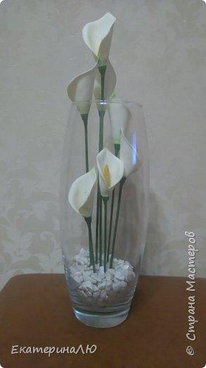 Цветы в высокой вазе