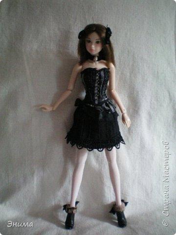 Итак, Китти продолжает наряжаться. Корсет её собственный, я просто подшила юбку под корсет и получилось платье в стиле готик лолита. фото 1