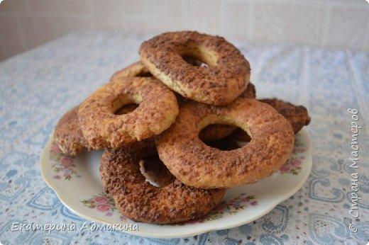 Всем доброго времени суток! Предлагаю Вам рецепт очень простого печенья. Ребенок попросили что нибудь к чаю, а дома ни яиц нет, ни маргарина. И тут я вспомнила, как мне мама пекла печенье на рассоле. Нам понадобится: 1 стакан рассола (огуречного или от помидоров) 1/2 стакана растительного масла 1 стакан сахара мука 2-3 стакана сода  Я еще добавила корицы, что бы перебить вкус рассола. Можно добавить мед. Замесила тесто как на пельмени, раскатала в пласт 0,5 см наделала колечек, обмакнула в тертом шоколаде (у меня была кондитерская плитка) можно посыпать и жареным арахисом.Выпекала в разогретой духовке 15-20 минут. Печенье получилось как песочное и очень вкусное. Такое печенье подойдет людям кто соблюдает пост.