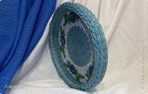 Блюдо выполнено в техниках плетения из бумажной лозы и декупаж. Диаметр 28 см, высота 4,5 см.  фото 2