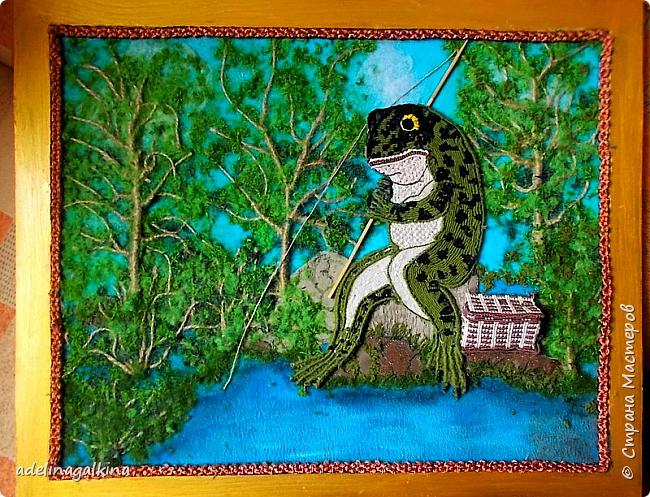 """""""На рыбалке"""" """"Клюёт?! Кажется что-то попалось..!"""" Вот ,что у меня получилось.,  Лягушка, корзинка, стволы и ветки деревьев, шнур вдоль рамки-сплетены макраме: Брюшко лягушки квадратными узлами, Остальное ковандоли Стволы и ветви репсовыми узлами.  Зелень -ниточная крошка  Камни-гильоширование фото 1"""