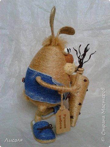 Доброго времени суток, дорогие люди! Появился вот такой Заяц - пропагандист вегетарианства и сырых овощей! В лапе - морковь (шпагат, деревянные бусины, ботва- кожзам). фото 2