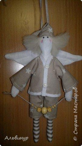 Увлекаюсь пошивом куколок в стиле тильда - ангелочки и ещё кой какие. Но в этой теме об ангелочках. Процесс создания постепенно совершенствуется, вот один из последних, может стоять на подставочке, может подвешиваться за ленточку, сзади крылышки прикреплены к спинке на красивую пуговку, в тон к наряду ангелочка :))) И непременно чтоб панталончики и чулочки :)))  Волосики сейчас делаю из шерсти, раньше делала из ниток. Шерсть приваливаю к головке с помощью специальной иглы, потом заплетаю косички. фото 4