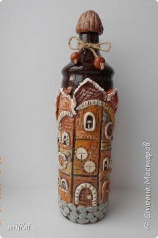 Была глиняная бутылка из под бальзама,долго не знала что придумать,придумала,получились вот такие домики из солёного теста. фото 1