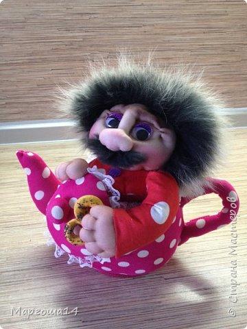 """Привет всем!!! Появилась у меня идея сшить чайник и посадить в него домового. Обдумала - сделала))) Вот такой  добрый """"домовой в чайнике"""" получился. Украсит интерьер кухни и добавит уюта. фото 4"""