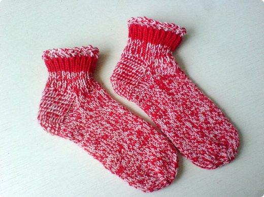 Обычно вяжу носки пятью спицами. В этом году решила попробовать другие способы. Нашла мастер класс, который мне показался понятным и взялась носочки вязать. фото 3