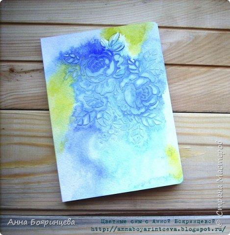 Всем привет!!!!! Хочу показать моего первенца)))) Это мой первый блокнотик. Формат А5, 40 листиков. Обложка выполнена при помощи акварели. Цвета синий, бирюзовый и желтый. В живую смотрится круче))) фото 1