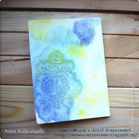 Всем привет!!!!! Хочу показать моего первенца)))) Это мой первый блокнотик. Формат А5, 40 листиков. Обложка выполнена при помощи акварели. Цвета синий, бирюзовый и желтый. В живую смотрится круче))) фото 3