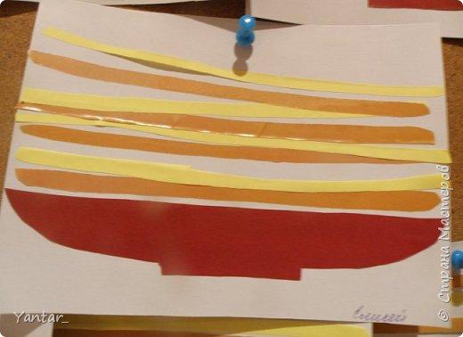 """Продолжаю выкладывать идеи поделок с самыми маленькими детками. Начало здесь - https://stranamasterov.ru/node/957860  1. Аппликация на тарелочке """"Новогодняя"""". Вырезали из салфетки новогоднюю картинку. Приклеили её на тарелочку, дополнили снегом и опушкой шапочки снеговика из ваты. Украсили ёлочку кружками из фольгированного картона. фото 5"""