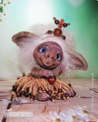 Любишка Марбуша - необычный, добрый, ранимый персонаж, который родился в моей голове несколько лет назад. В будущем, народец Любишек расширится и Вы познакомитесь с другими представительницами Любишек)) У Любишки Марбуши на шейке есть кулончик, который на самом деле самая настоящая шкатулочка! В кулончике-шкатулочке находится заветный свиточек, в который будут вписаны имена двух любящих сердец, и Любишка Марбуша будет вечно охранять любовь влюбленных, у которых она поселится! Любишка Марбуша - выполнена в технике тедди. Марбуша сшита в ручную из вискозы. Крепления выполнены на шплинтах, голова качается. На руках и ногах есть крошечные армированные пальчики. В ушахках и хвосте так же есть проволочный каркас. Волосы Любишки выполнены из нежного шелковистого меха.  Без юбочки, Марбуша на отрез отказалась показываться, но поднять юбочку и показать, что она с трусишками, хоть и не обычными, я все же ее уговорила)) фото 6