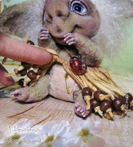 Любишка Марбуша - необычный, добрый, ранимый персонаж, который родился в моей голове несколько лет назад. В будущем, народец Любишек расширится и Вы познакомитесь с другими представительницами Любишек)) У Любишки Марбуши на шейке есть кулончик, который на самом деле самая настоящая шкатулочка! В кулончике-шкатулочке находится заветный свиточек, в который будут вписаны имена двух любящих сердец, и Любишка Марбуша будет вечно охранять любовь влюбленных, у которых она поселится! Любишка Марбуша - выполнена в технике тедди. Марбуша сшита в ручную из вискозы. Крепления выполнены на шплинтах, голова качается. На руках и ногах есть крошечные армированные пальчики. В ушахках и хвосте так же есть проволочный каркас. Волосы Любишки выполнены из нежного шелковистого меха.  Без юбочки, Марбуша на отрез отказалась показываться, но поднять юбочку и показать, что она с трусишками, хоть и не обычными, я все же ее уговорила)) фото 11