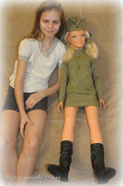 Здравствуйте, уважаемые мастера! Предлагаю вашему вниманию сапожки для куклы. Мне необходимо было сделать сапожки для куклы, одетой в форму солдата. В общем нужно было придумать как сшить солдатские сапоги, черные, военные, но все же немного изящные, женские сапожки. Перебрав разные модели и пересмотрев разные выкройки, я подобрала такой вариант. Кстати увеличивая или уменьшая изображение выкройки, можно сшить подобные сапожки разного размера. И смотрится эта модель аккуратно, модно. Данная выкройка подойдет и для повседневных сапожек. Если выкрасить сапоги в другие цвета или просто сшить из цветастой ткани, то сапожки будут выглядеть еще изящнее. фото 4