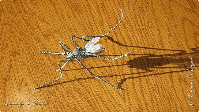 """Здравствуйте дорогие мои мастера и мастерицы! Сегодня я к вам вот с такой маленькой поделкой, размер тельца комарика около четырёх сантиметров и ещё лапки. Подобный комарик у меня уже был, но тот был повторюшка, а теперь я решила сделать своего, перерыла весь интернет, нашла картинку и по ней сделала немного по другому. Итак встречайте...  Я комарик необычный. Я комарик заграничный. Над Москвой кружусь, пищу- """"Шереметьево"""" ищу. Приближаются осадки. СРОЧНО ТРЕБУЮ ПОСАДКИ!   А.Гришин фото 4"""