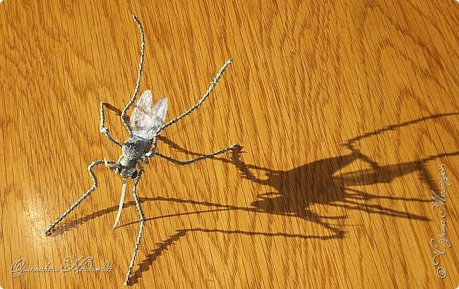 """Здравствуйте дорогие мои мастера и мастерицы! Сегодня я к вам вот с такой маленькой поделкой, размер тельца комарика около четырёх сантиметров и ещё лапки. Подобный комарик у меня уже был, но тот был повторюшка, а теперь я решила сделать своего, перерыла весь интернет, нашла картинку и по ней сделала немного по другому. Итак встречайте...  Я комарик необычный. Я комарик заграничный. Над Москвой кружусь, пищу- """"Шереметьево"""" ищу. Приближаются осадки. СРОЧНО ТРЕБУЮ ПОСАДКИ!   А.Гришин фото 5"""