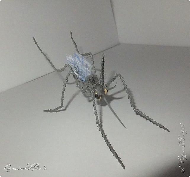 """Здравствуйте дорогие мои мастера и мастерицы! Сегодня я к вам вот с такой маленькой поделкой, размер тельца комарика около четырёх сантиметров и ещё лапки. Подобный комарик у меня уже был, но тот был повторюшка, а теперь я решила сделать своего, перерыла весь интернет, нашла картинку и по ней сделала немного по другому. Итак встречайте...  Я комарик необычный. Я комарик заграничный. Над Москвой кружусь, пищу- """"Шереметьево"""" ищу. Приближаются осадки. СРОЧНО ТРЕБУЮ ПОСАДКИ!   А.Гришин фото 9"""