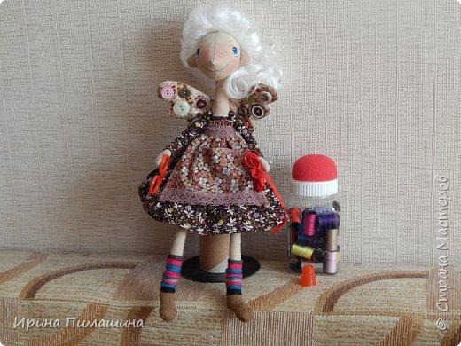 Фейки -швейки по выкройке Елены Войнатовской .Не подумайте, что представлена одна куколка. Кукол -две,у них разные прически .Одна кукла держит в руках ножницы и моточек тесьмы фото 1