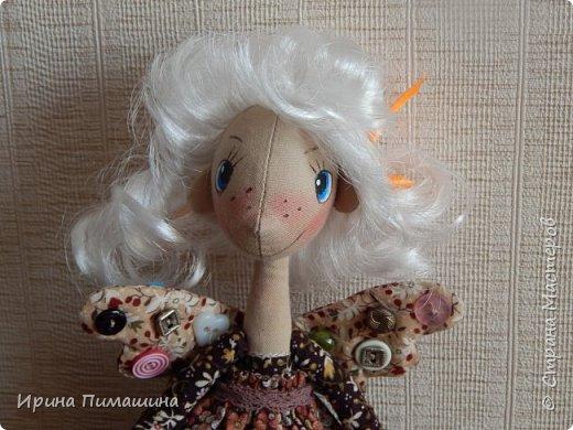 Фейки -швейки по выкройке Елены Войнатовской .Не подумайте, что представлена одна куколка. Кукол -две,у них разные прически .Одна кукла держит в руках ножницы и моточек тесьмы фото 4