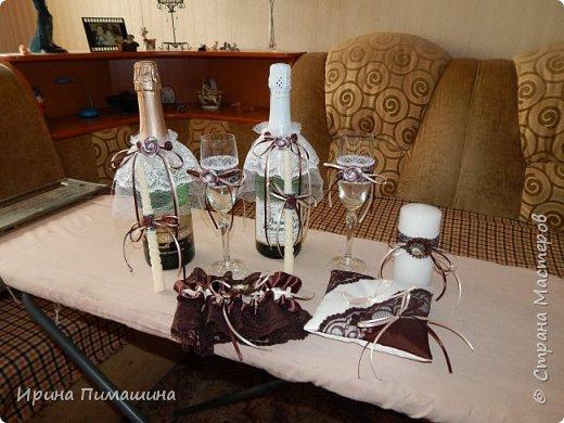 Для свадьбы в шоколадных тонах смастерила вот такой набор:подушечка для колец, бокалы для новобрачных,свечи , подвязка для невесты и две украшенные бутылки с шампанским фото 1