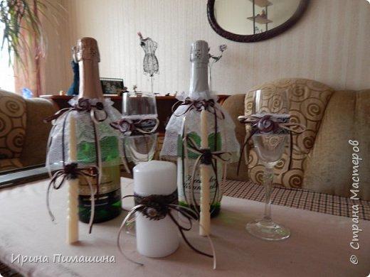 Для свадьбы в шоколадных тонах смастерила вот такой набор:подушечка для колец, бокалы для новобрачных,свечи , подвязка для невесты и две украшенные бутылки с шампанским фото 4