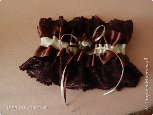 Для свадьбы в шоколадных тонах смастерила вот такой набор:подушечка для колец, бокалы для новобрачных,свечи , подвязка для невесты и две украшенные бутылки с шампанским фото 3