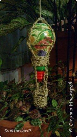 Очень хорошее применение старой,прогоревшей лампочки в качестве декора. В данном случае у меня висит среди цветов. Каркас корзины из проволоки из под шампанского, обмотанного сплетенной косичкой из веревки-шпагат. фото 1