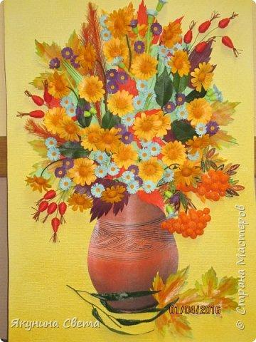 Доброе время суток. Собралась ещё одна картина для школьных коридоров. Ромашки, сентябринки, шиповник, рябина, осенние листья. Размер работы 40х60 см. У всех весна, а у меня осень. (Делала осенью, а собрала только сейчас) фото 1