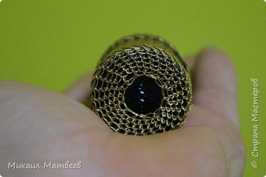 Увидел в магазине проволоку для бисера плетения,решил попробовать,здесь использована проволока 0,4 мм,цвет золото. В работе повела себя не плохо,но есть небольшие нюансы,при протяжке скручивается в кольца. Сейчас в работе так же маленькая бутылочка,но использую уже проволоку 0,3 мм,цвет серебро фото 2