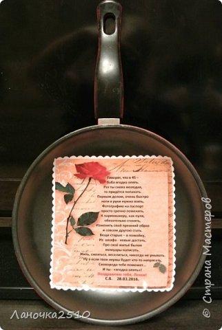 Вот и у меня сегодня -дебют...первые украшалочки для кухни в виде сковородочек.... Готовилась ко дню рождения подруги...Она  очень любит подарки ручной работы... чего только уже не подарено ей мною.... открыточки, конвертики,альбомчики, деревца : из кофе, цветочков, яблонька...денежная коробочка...ключница и панно...да всего не вспомню уже...Вот решила сделать, наконец сковородочку....но я ж не могу делать по 1 штуке...нужно  делать с выбором....Вот и получились у меня сразу 3 штуки с разными вариантами салфеток.  фото 8