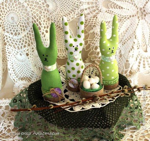 Добрый вечер! Сшилась такая интерьерная композиция ко дню Святой Пасхи. Три очаровательных небольших зайчика или крольчонка и корзиночка с яйцами.  фото 4
