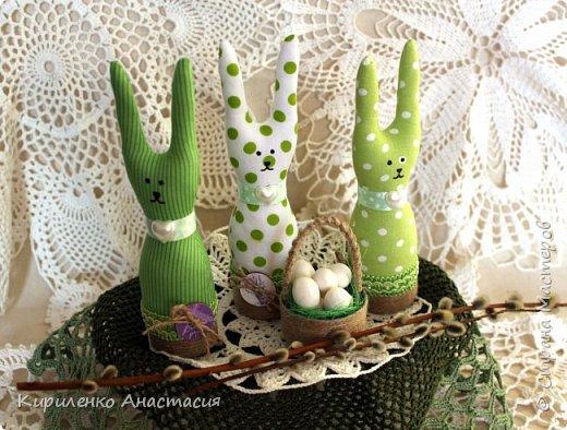 Добрый вечер! Сшилась такая интерьерная композиция ко дню Святой Пасхи. Три очаровательных небольших зайчика или крольчонка и корзиночка с яйцами.  фото 2