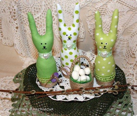 Добрый вечер! Сшилась такая интерьерная композиция ко дню Святой Пасхи. Три очаровательных небольших зайчика или крольчонка и корзиночка с яйцами.  фото 1