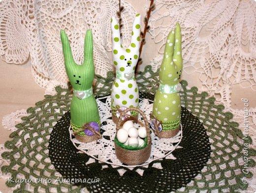 Добрый вечер! Сшилась такая интерьерная композиция ко дню Святой Пасхи. Три очаровательных небольших зайчика или крольчонка и корзиночка с яйцами.  фото 6