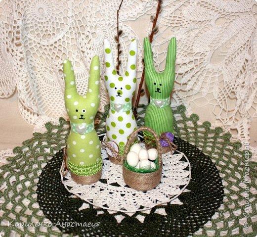 Добрый вечер! Сшилась такая интерьерная композиция ко дню Святой Пасхи. Три очаровательных небольших зайчика или крольчонка и корзиночка с яйцами.  фото 3