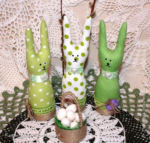 Добрый вечер! Сшилась такая интерьерная композиция ко дню Святой Пасхи. Три очаровательных небольших зайчика или крольчонка и корзиночка с яйцами.  фото 5