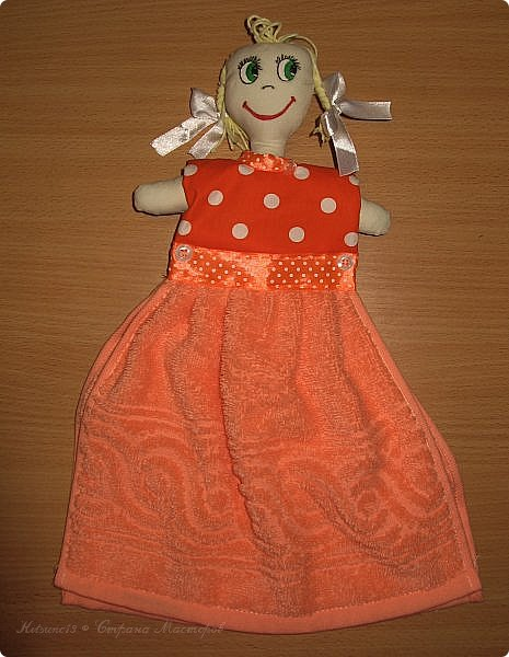 """Доброго всем времени суток. К 8 марта пошила куколок, которые одеты в платья-полотенце. Выкройку нашла <a href=""""http://www.samoshvejka.ru/blog/kukla_polotence_svoimi_rukami_master_klass/2013-01-18-115""""> здесь  </a>. Куклу в голубом платье шила по этой выкройке, а зеленоглазую в оранжевом - по усовершенствованной.  фото 7"""