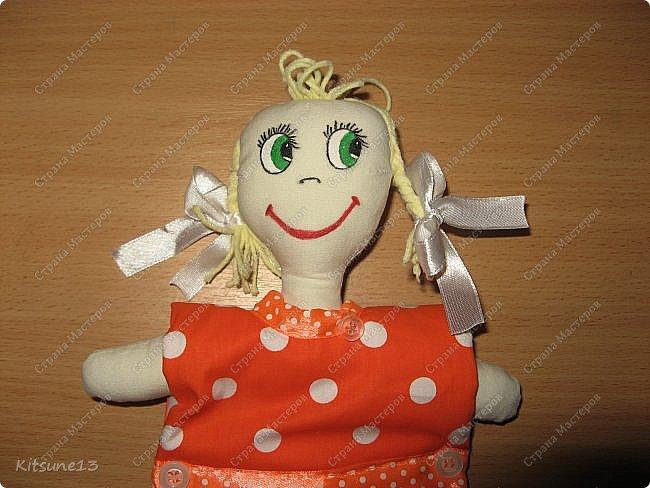 """Доброго всем времени суток. К 8 марта пошила куколок, которые одеты в платья-полотенце. Выкройку нашла <a href=""""http://www.samoshvejka.ru/blog/kukla_polotence_svoimi_rukami_master_klass/2013-01-18-115""""> здесь  </a>. Куклу в голубом платье шила по этой выкройке, а зеленоглазую в оранжевом - по усовершенствованной.  фото 2"""