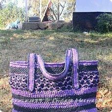 Высмотрела в интернете множество красоты из пакетов полиэтиленовых... Закупилась пакетами разных цветов  и леской. И кое-что получилось))) Леска нужна для вязания дна, немного и бока сумки провязала с леской.  фото 2