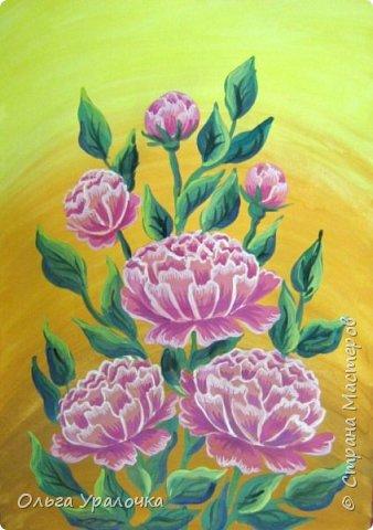 Вот и пришла весна! Пройдет еще совсем немного времени и наступит лето. Лето -  пора цветения и благоухания . Лично для меня начало лето ассоциируется с цветением пионов. Пионы - прекрасные цветы, сколько легенд и поверий связано с ними, а какой  неповторимы чарующий аромат.  В ожидании лета  хочу поделиться с вами своим мастер-классом по рисованию пионов. Поэтапное рисование - поможет избежать наиболее часто встречающихся ошибок и придаст уверенности в собственных силах. Работа выполняется без предварительного рисунка. Для работы нам понадобятся следующие материалы: гуашь ватман формата А-3., нейлоновые кисти под номерами 2, 3, 5.  фото 18