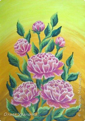Вот и пришла весна! Пройдет еще совсем немного времени и наступит лето. Лето -  пора цветения и благоухания . Лично для меня начало лето ассоциируется с цветением пионов. Пионы - прекрасные цветы, сколько легенд и поверий связано с ними, а какой  неповторимы чарующий аромат.  В ожидании лета  хочу поделиться с вами своим мастер-классом по рисованию пионов. Поэтапное рисование - поможет избежать наиболее часто встречающихся ошибок и придаст уверенности в собственных силах. Работа выполняется без предварительного рисунка. Для работы нам понадобятся следующие материалы: гуашь ватман формата А-3., нейлоновые кисти под номерами 2, 3, 5.  фото 19