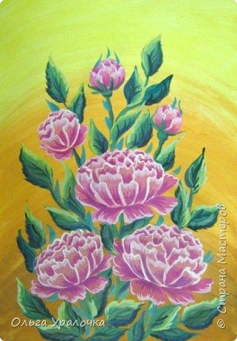 Вот и пришла весна! Пройдет еще совсем немного времени и наступит лето. Лето -  пора цветения и благоухания . Лично для меня начало лето ассоциируется с цветением пионов. Пионы - прекрасные цветы, сколько легенд и поверий связано с ними, а какой  неповторимы чарующий аромат.  В ожидании лета  хочу поделиться с вами своим мастер-классом по рисованию пионов. Поэтапное рисование - поможет избежать наиболее часто встречающихся ошибок и придаст уверенности в собственных силах. Работа выполняется без предварительного рисунка. Для работы нам понадобятся следующие материалы: гуашь ватман формата А-3., нейлоновые кисти под номерами 2, 3, 5.  фото 20