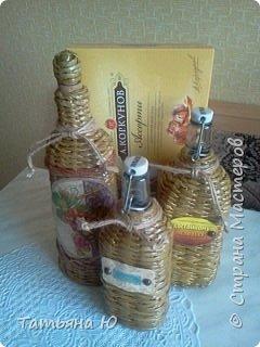 Здравствуйте, дорогие жители СМ! Я снова к вам с подарочками. У моего свата 31 марта было день рождения, и вот к основному подарку сплелись эти бутылочки под домашние напитки. Сегодня они уехали к виновнику торжества и я спешу с вами поделиться. Бутылочки оплетала первый раз, не все получилось так как хотелось.Фото будет много. приятного просмотра. фото 33