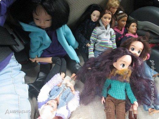 Привет всем! Мы поехали на дачу с ГЛаДОС, Челл, Бертой (собакой Челл), Уитли, GLaDOS, Юми, Юки, Дейзи, Майклом и Челси. ГЛаДОС, Юки, GLaDOS, Майкл и Дейзи моей сестры. Первый, кто найдет на нескольких фото Берту, получит сигну с любой нашей куклой на выбор! GLaDOS: Челл, что с твоей кофтой!? Челл: Я там собаку грею. фото 1