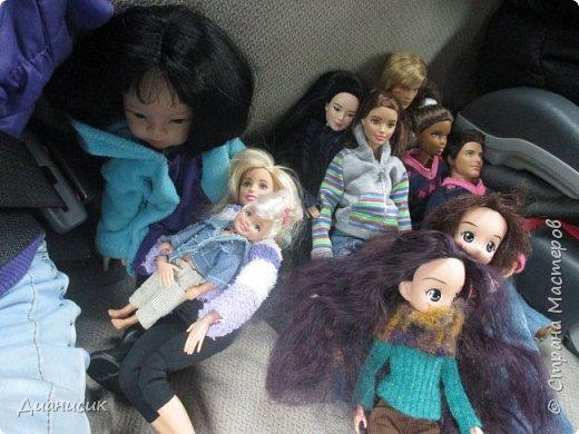Привет всем! Мы поехали на дачу с ГЛаДОС, Челл, Бертой (собакой Челл), Уитли, GLaDOS, Юми, Юки, Дейзи, Майклом и Челси. ГЛаДОС, Юки, GLaDOS, Майкл и Дейзи моей сестры. Первый, кто найдет на нескольких фото Берту, получит сигну с любой нашей куклой на выбор! GLaDOS: Челл, что с твоей кофтой!? Челл: Я там собаку грею. фото 2