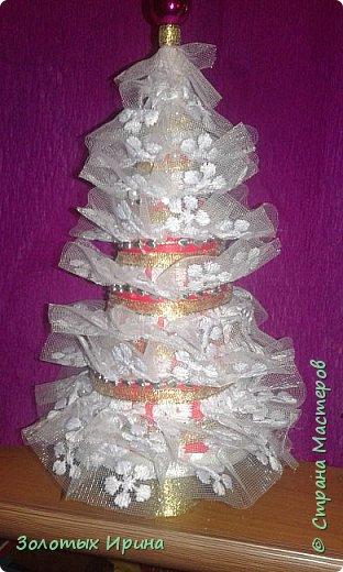 Елочка выполнена из шишек с добавлением элементов декора.. фото 3